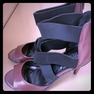 Kenneth Cole Reaction Peep toe strappy heels!